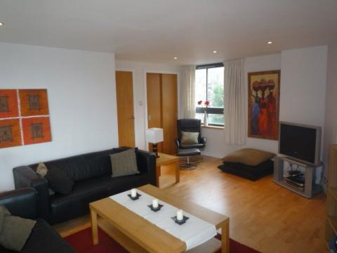 Three bedroom property to let, East London Street, New Town