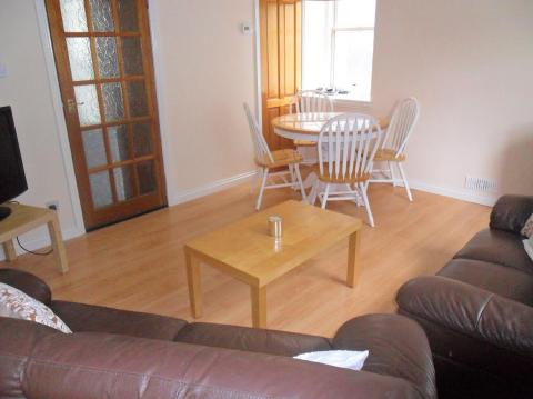 Two bedroom property to let, East Crosscauseway, Newington