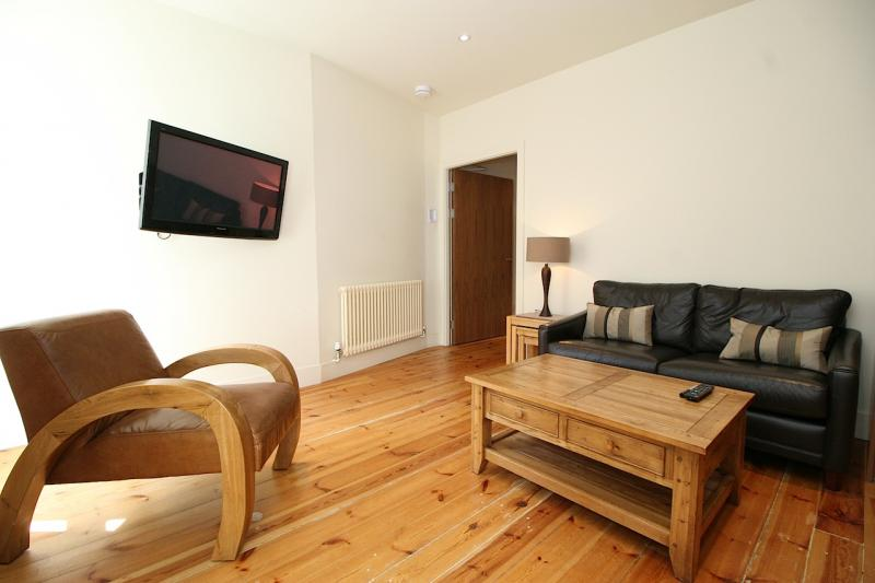 One bedroom property to let, Advocates Close, Old Town