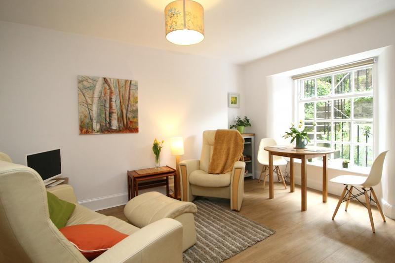 One bedroom property to let, Howard Place, Canonmills